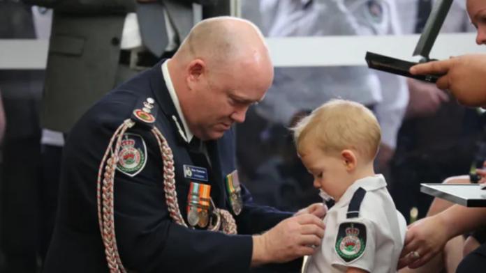 Djali i një zjarrfikësi vullnetar në Australi, është nderuar në emër të babait të tij i cili vdiq gjatë zjarreve të mëdha që pushtuan Australinë.