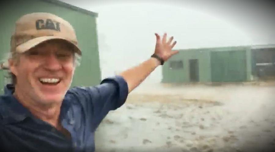 Me ne Fund Bie Shi ne Australi! Festa e ketij Fermeri do ju leje pa Fjale! (VIDEO)
