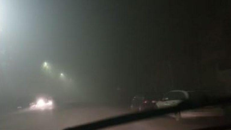 Mjegull e Dendur ka Mbuluar Zonën nga Tirana në Fushë Krujë, Pengon Kalimin Normal të Mjeteve