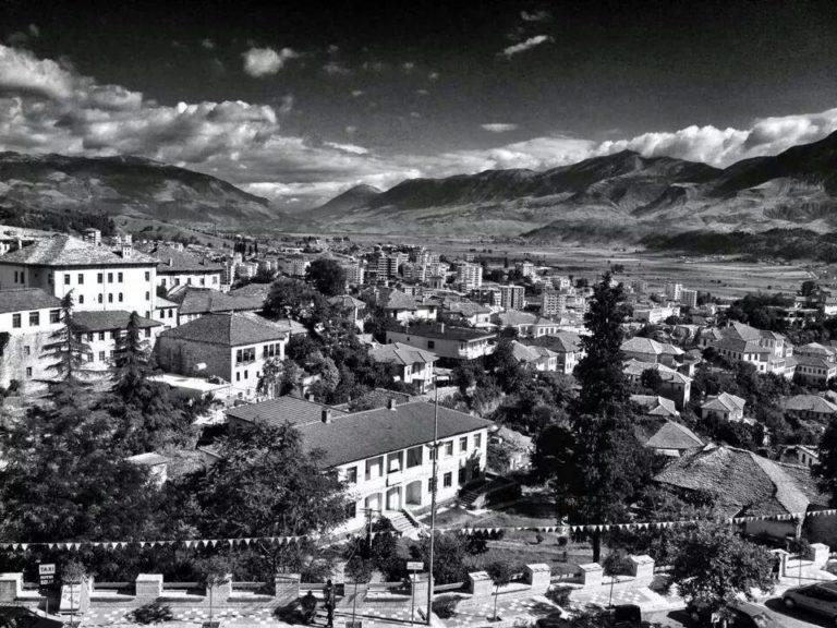 """""""Vini Mendjen në Punë""""- Gjeni Fjalët e Shprehjet Nga e Folmja e Qytetit të Gjirokastrës"""