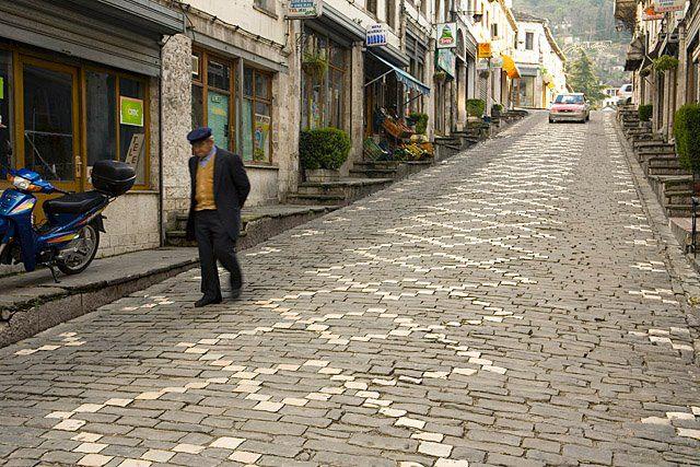 Pse Janë Të Veçantë në Mënyrën e Ecjes Burrat e Vjetër të Qytetit të Gjirokastrës!