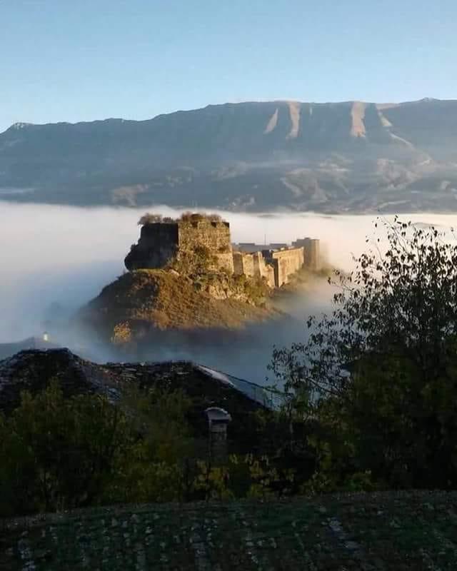 Për Ata që Nuk e Kanë Parë-Ja Si Duket Gjirokastra në Një Ditë me Mjegull!