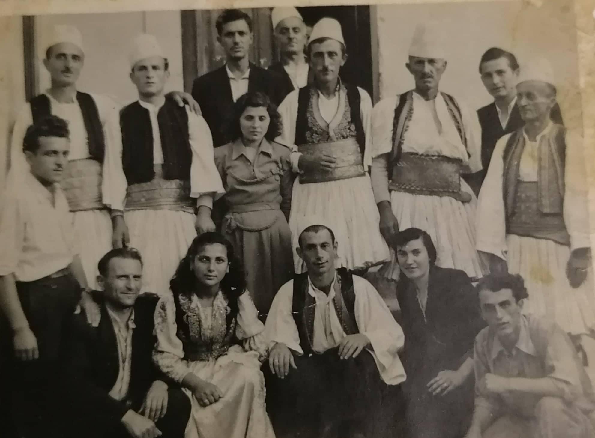 Kujtesë/ Grupi i Shquar i Këngës Gjirokastrite i Viteve 60-të që Kryesohej nga Këngëtari Dine Çoçoli