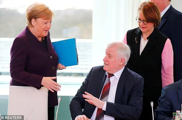 Video/ Shikoni sesi Ministri i Brendshëm i Gjermanisë Refuzon të Shtrëngojë Dorën me Angela Merkel, nga Frika e Përhapjes së Koronavirusit!