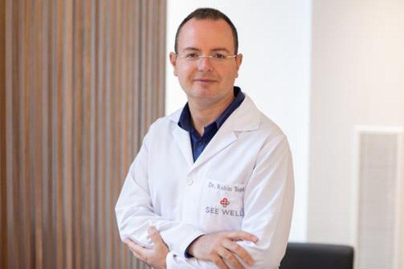 """Mjeku Rubin Topi: """"Covid-19 mund të depërtojë përmes syve""""- Shenjat e para të infektimit dhe masat që duhet të marrin qytetarët"""