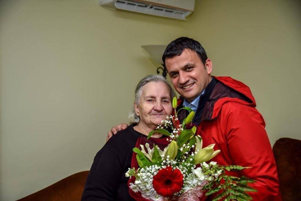 """"""" Gezuar 8 Marsin!""""-Njihuni me 5 Grate Gjirokastrite qe Sot Kane Marre Urime nga Kryebashkiaku Flamur Golemi"""