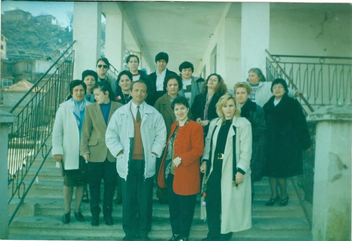 """4 Foto të Rralla- Mësues dhe Drejtues të Shkollës """"Koto Hoxhi"""" në Vite!"""