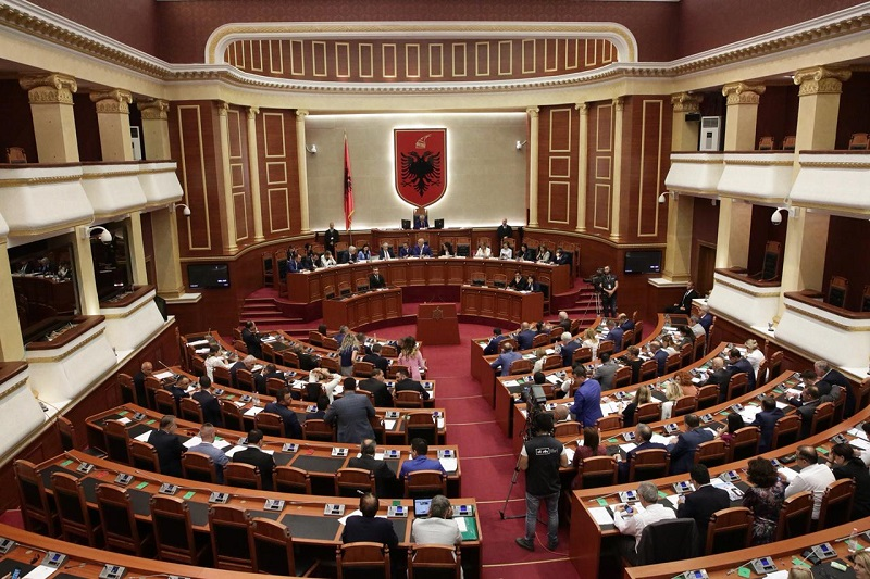 """Sot """" gërnjë""""në Kuvend/ Ilir Beqja, nuk jam marrë me pensionistët fare por..."""