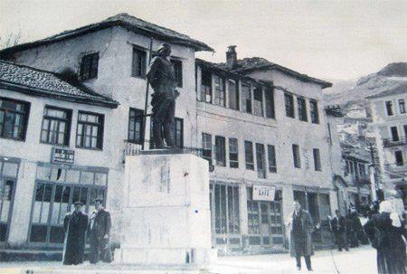 """""""Lutemi të lëçitet para gjendjes së atjeshme""""-Kërkesa e mërgimtarëve Gjirokastritë ditën e inagurimit të Përmendores së Çerçiz Topullit"""