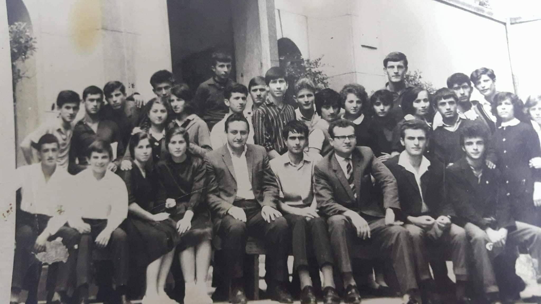 Shkolla në kujtime, me djalërinë dhe vajzërinë e mbetur pas…