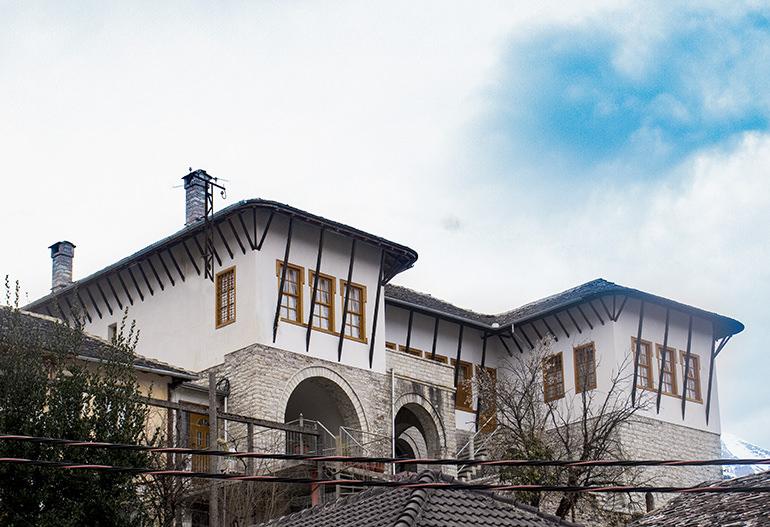 """Helena Kadare me origjinë nga Gjirokastra, nga Gushot e Varoshit: """"Arrita të shikoj nga dera e hapur,  atë mrekulli pastërtie…"""""""