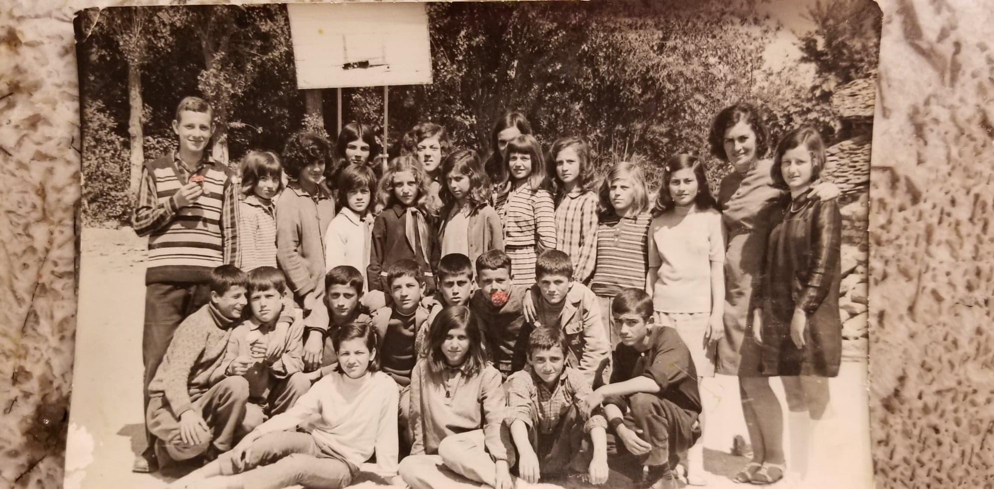 """Kujtesë/ """"Ja si ishim dikur, në fotografi me mësuesen tonë Feraset Kumbaro!"""":"""