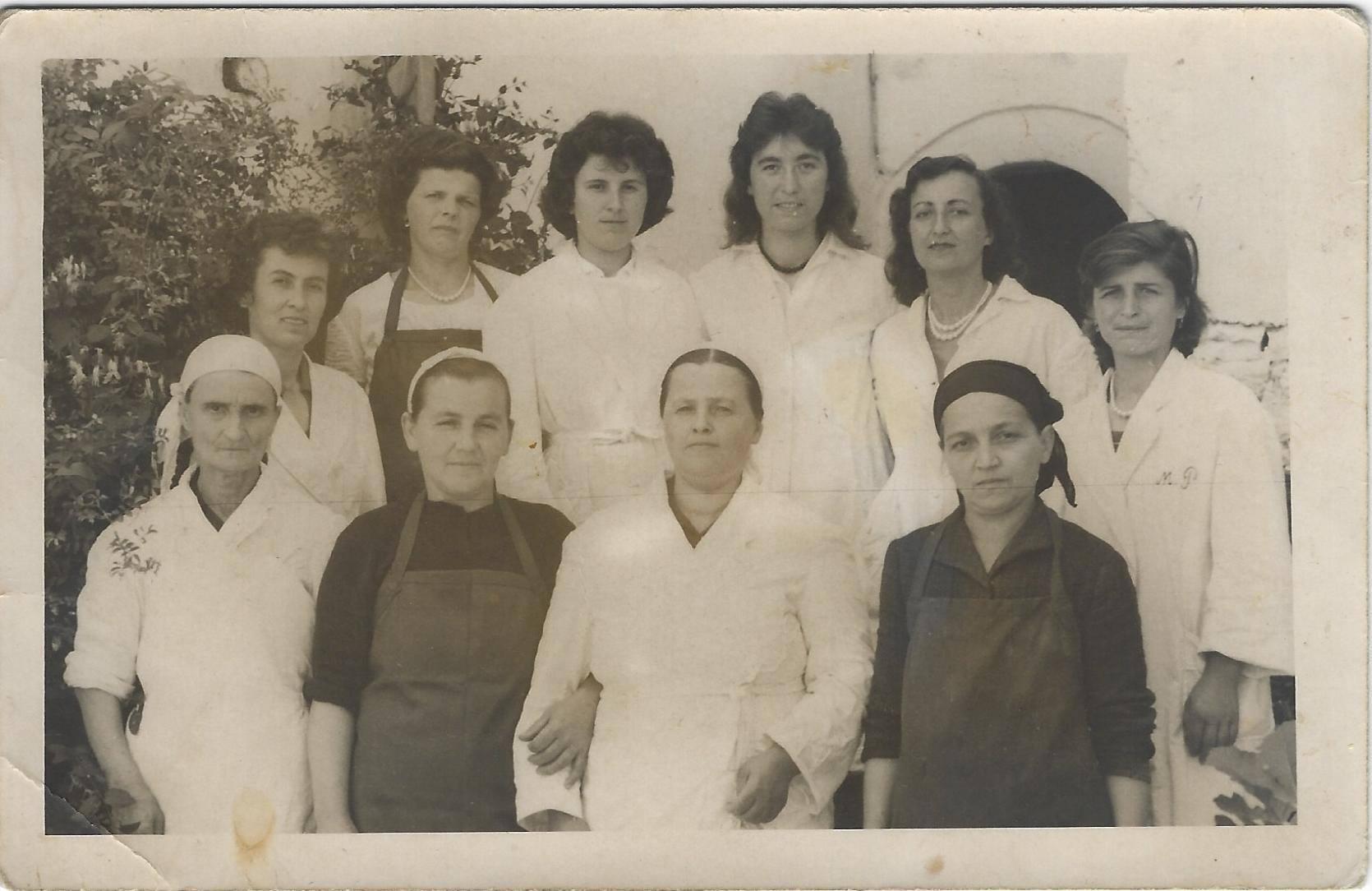 Kujtesë/ Edukatoret dhe personeli ndihmës i kopshtit të fëmijëve të lagjes Hazmurat në Gjirokastër
