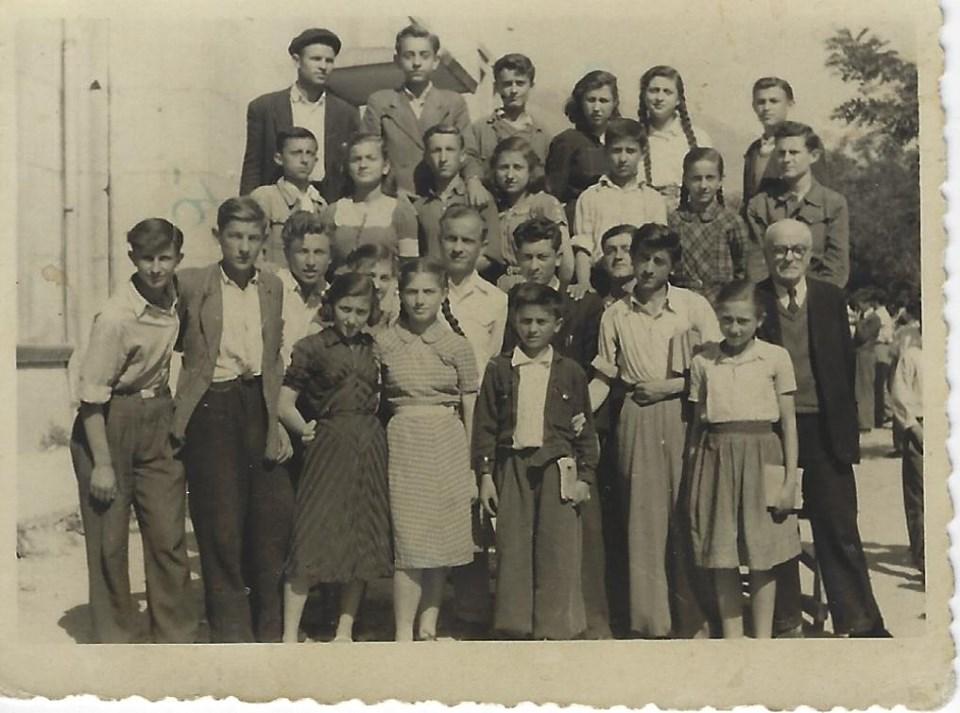 Foto e vitit 1955/ Klasa e Dytë e Shkollës Pedagogjike-Gjirokastër me Mësuesin Thoma Papapano