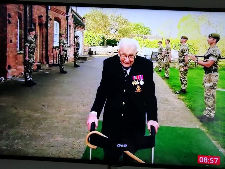 Britaniku Hero 100 vjecar Tom Moore qe sot festoi ditelindjen mori 125000 kartolina urimi dhe ja si e luftoi koronavirusin