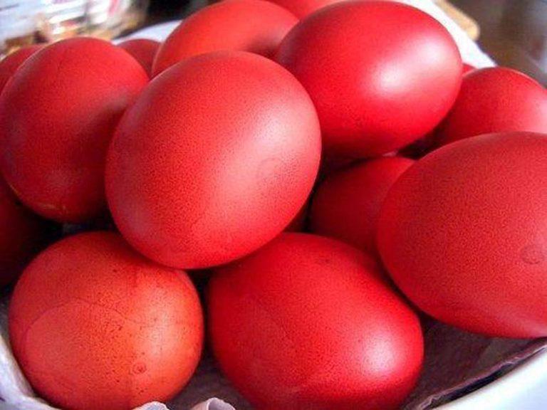 Sot përgatiten vezët e lyera në ngjyrë të kuqe, vezët e Pashkës