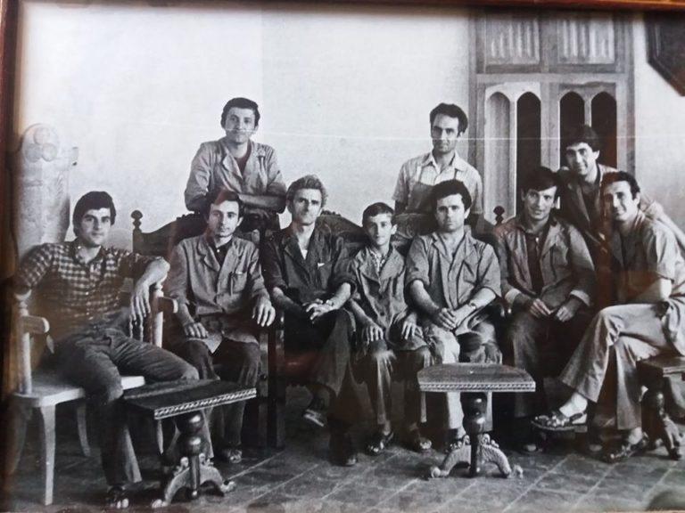 """Kujtesë/ Kryemjeshtri Koço Beruka,""""karrigia e Skënderbeut""""dhe grupi i artizanëve gjirokastritë që punuan në Muzeun e Krujës"""