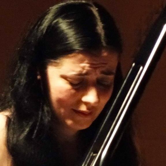 Dhurata Lazo,dikur,pianistja e vogël me dy gërsheta, simbol i shkollës së muzikës në Gjirokastër, tani pianiste e shquar