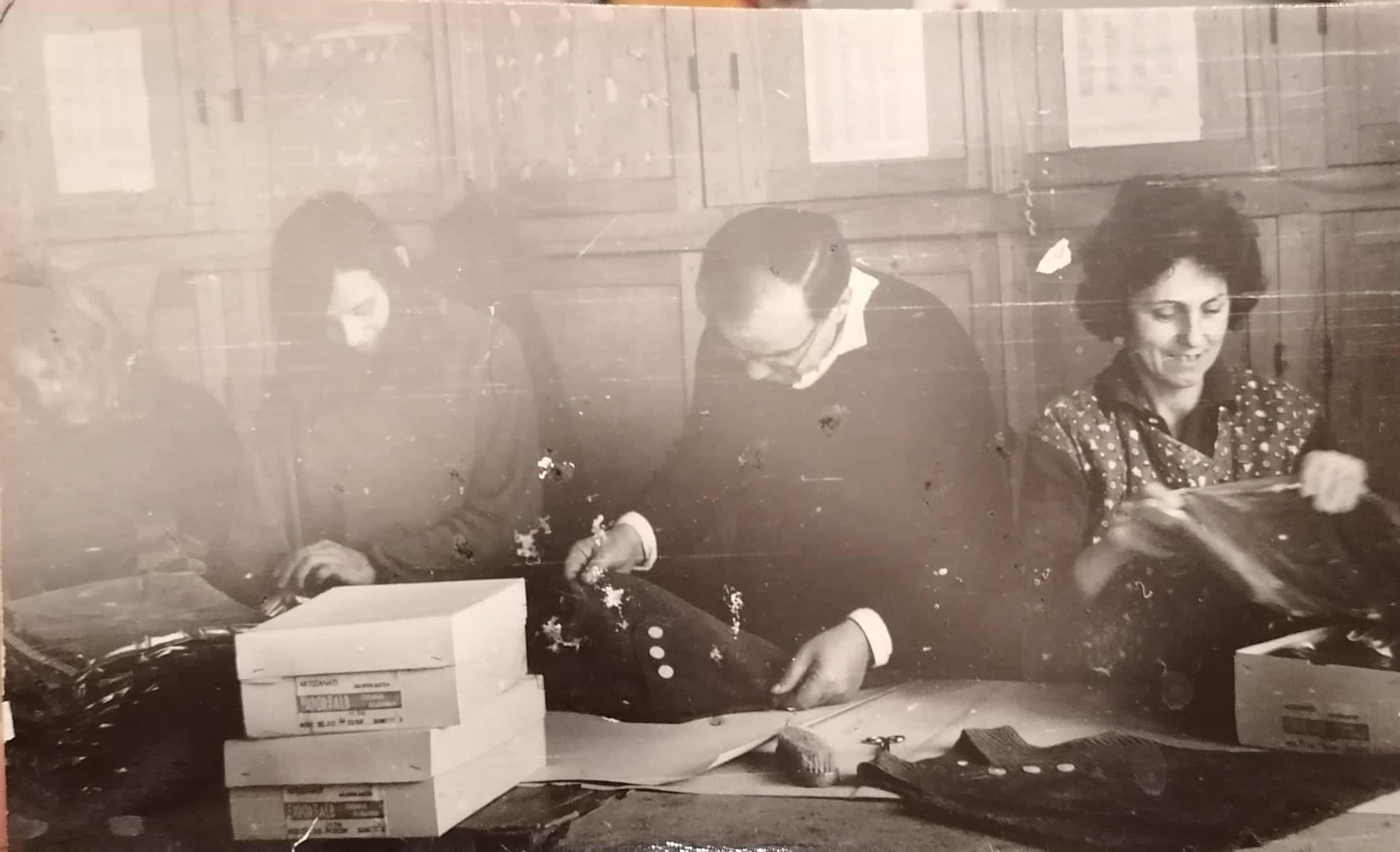 Kujtesë/ Një foto e rallë, reparti special i veshjeve në qytetin e Gjirokastrës