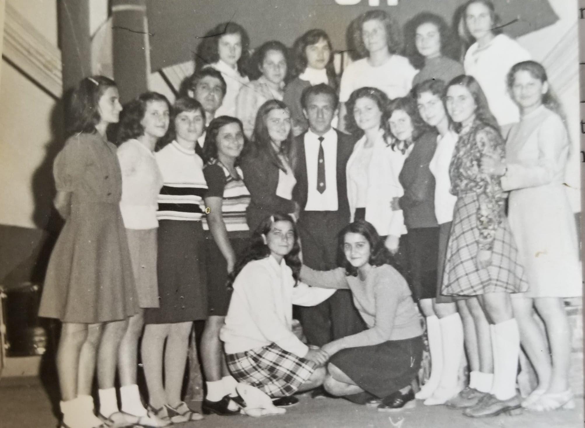 """Kujtesë/Vajzat gjimnaziste të ansamblit të këngëve dhe valleve te gjimnazit""""Asim Zeneli"""""""
