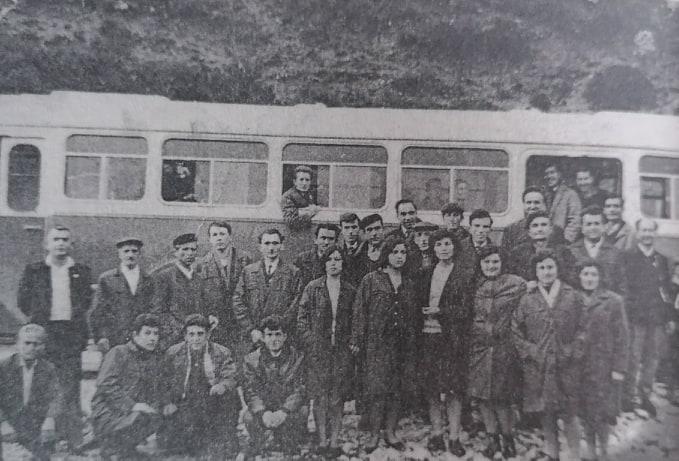 Një foto e rrallë, nëpunës dhe specialistë të njohur të ish-Ndërmarrjes së Riparim Shërbimeve në Gjirokastër