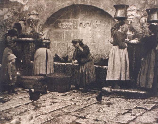 """Një foto e rallë,Sokol Karaulli zbulon""""KROIN E PASHAIT""""në qytetin e Gjirokastrës"""