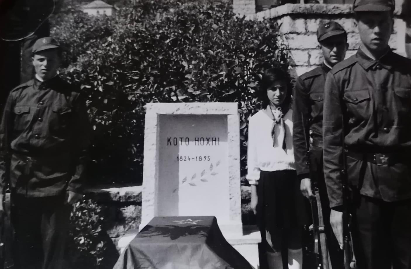 Kujtesë/ Foto e rallë nga ceremonia e vendosjes se eshtrave të Koto Hoxhit në Kodrën e Rilindësve