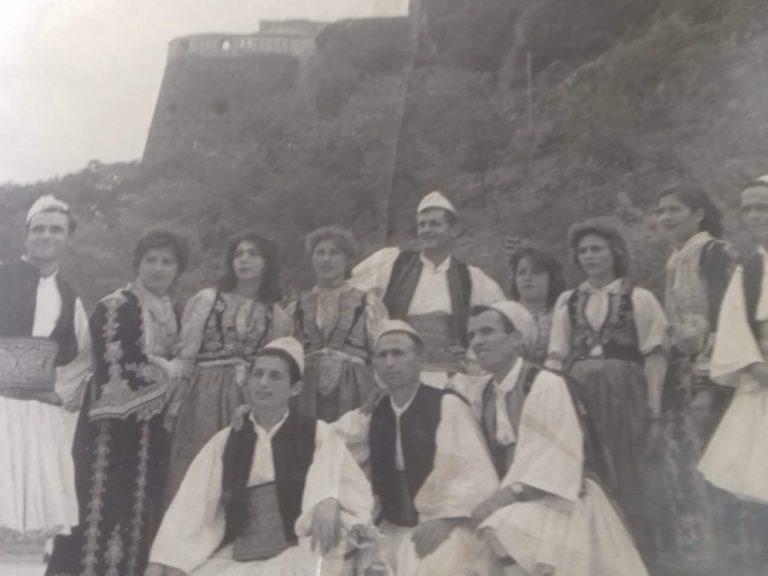 Kujtesë/ Foto e rallë, grupi popullor i ndërmarrjes së grumbullimit i qytetit të Gjirokastrës