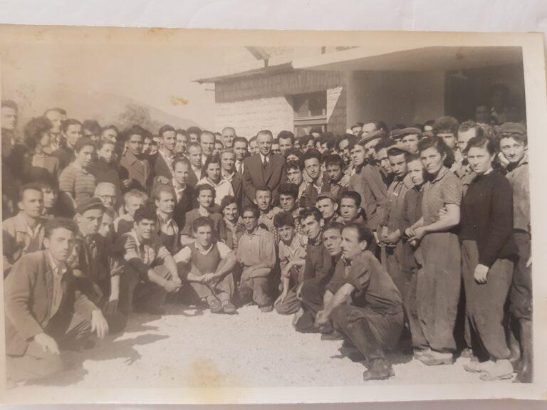 Kujtesë/ Në foto, punëtorë e specialistë të fabrikës së lëkurë-këpucëve në Gjirokastër