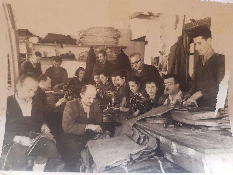 Kujtesë/ Një foto e rrallë,specialistë të fabrikës së këpucëve në Gjirokastër