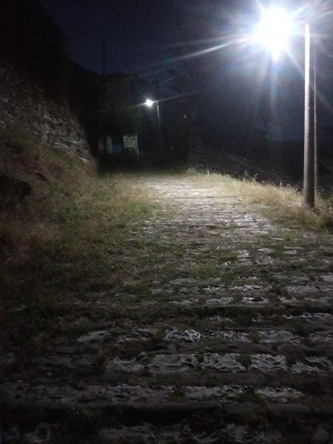 Një rrugë e braktisur pas kalasë së Gjirokastrës