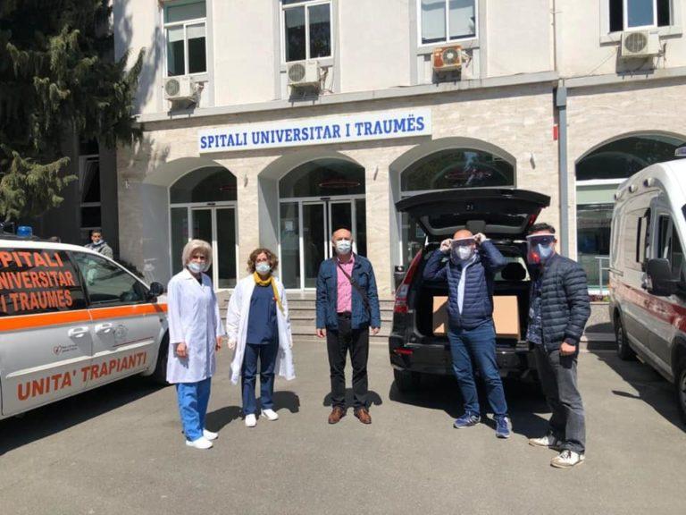Autoambulanca e Gjirokastrës me fëmijën që u rrëzua nga një mur dhe u dëmtua në kokë sapo ka mbrritur në spitalin e Traumës në Tiranë