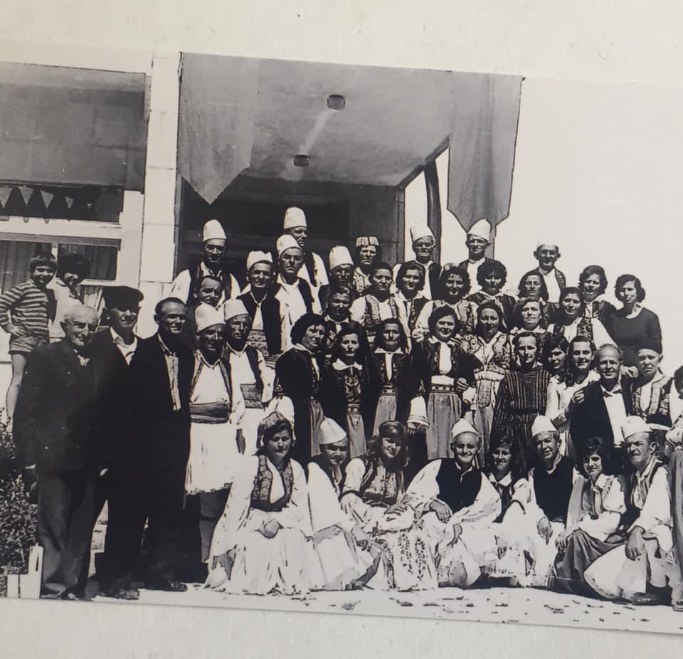 Kujtesë/ Ne foto, Grupi Folklorik i Lagjes Varrosh i qytetit të Gjirokastrës