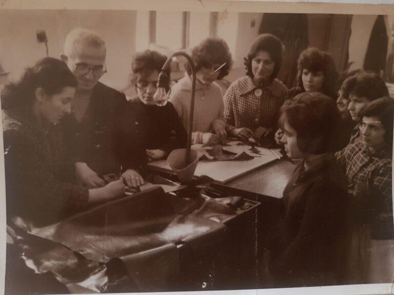 Kujtesë/Në foto, Mjeshtri Andrea Kaçi dhe prestare të fabrikës të lëkurë këpucës në Gjirokastër