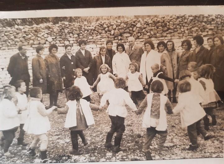 Kujtesë/Foto e rrallë, po cilit kopsht të fëmijëve të qytetit të Gjirokastrës i përket kjo foto?