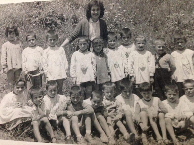 Kujtese/ Edukatore Aferdita Mezini me grupin e femijeve te kopeshtit nr.2 te lagjes Hazmurat ne Gjirokaster