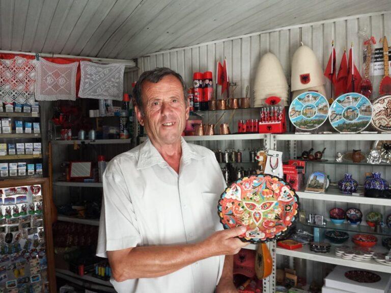Te pathena per Sedat Çanin, dyqanxhiun gjirokastrit qe hap i pari dyqanin ne Qafen e Pazarit te qytetit te Gjirokastres!