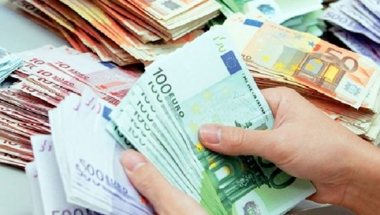 """Këmbimi valutor, euro me """"sy në tokë"""""""