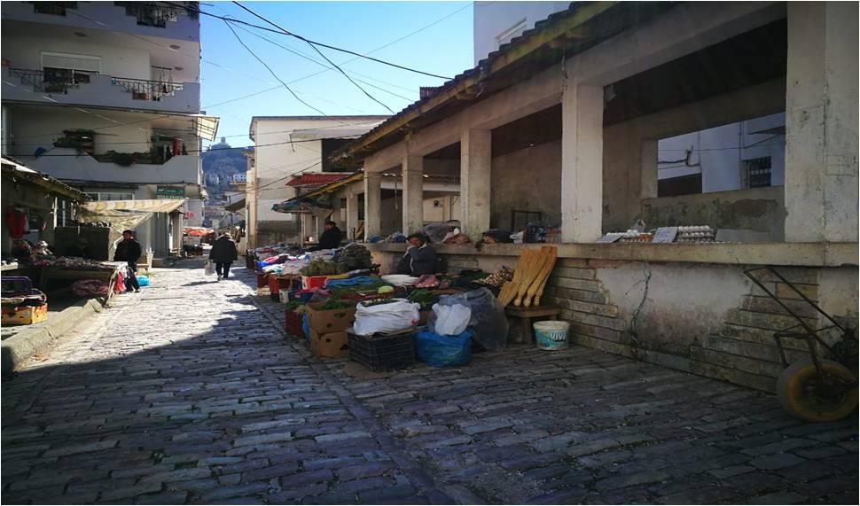 """""""Gjuajtesit""""e perimeve dhe frutave te fresketa te fshatareve ne Tregun e lagjes """"18 shtatori"""" te qytetit te Gjirokastres"""
