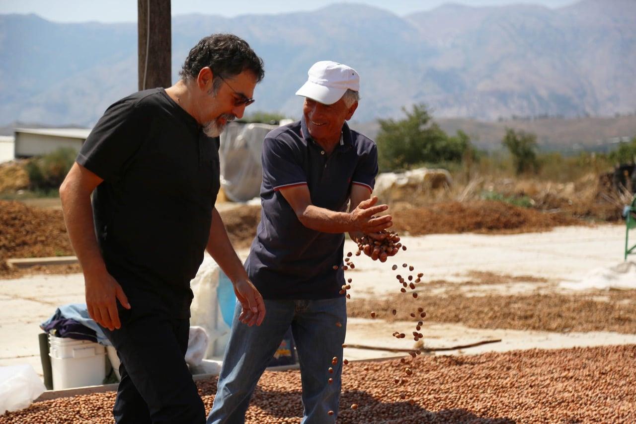 Ministri Bledi Çuçi per punen e fermerit te talentuar suhot Vangjel Kuro qe merret me kultivimin e lajthive