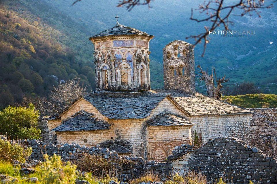 Manastiri i Ravenës 300m siper fshatit Goranxi