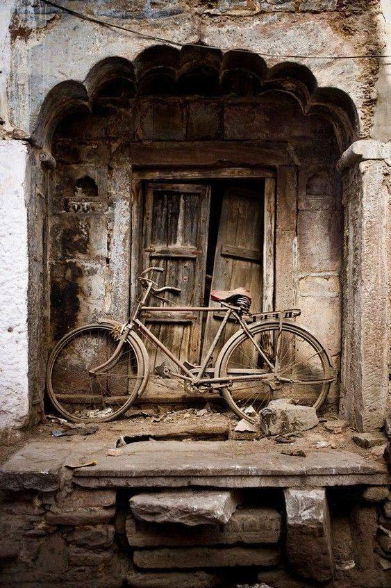 """Ne lagjen Pazar i Vjeter ne Gjirokaster, me biçikleten e Gavril Paparizos dhe Kosta Kurunit, xhiro """"pa leke"""" ne sheshin e Miitropolise"""