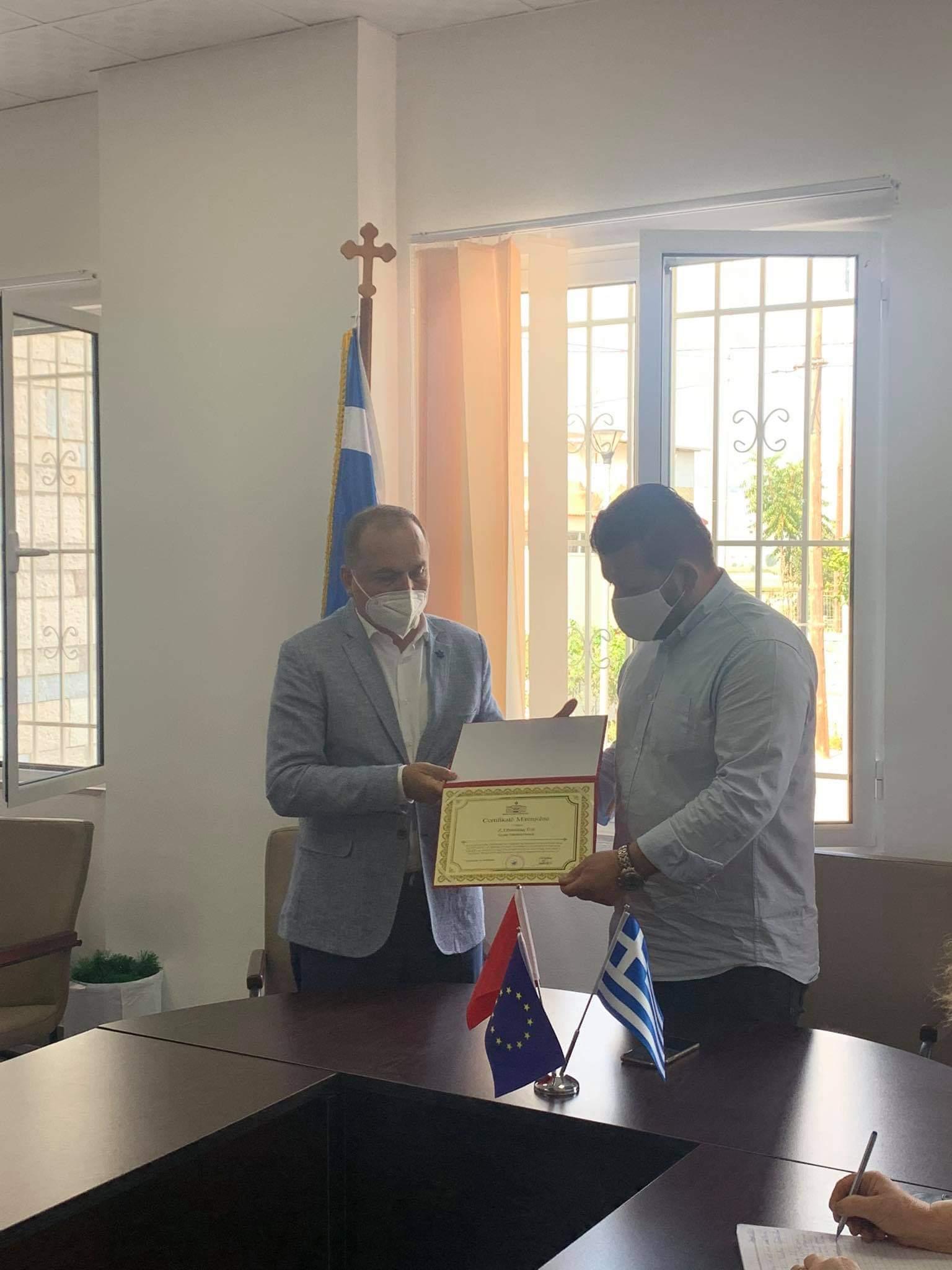 """Kryetari i Bashkise Dropull Dhimitraq Toli nderohet me """"Çertifikate Mirenjohje"""" nga Prefekti i Qarkut Astrit Aliaj"""