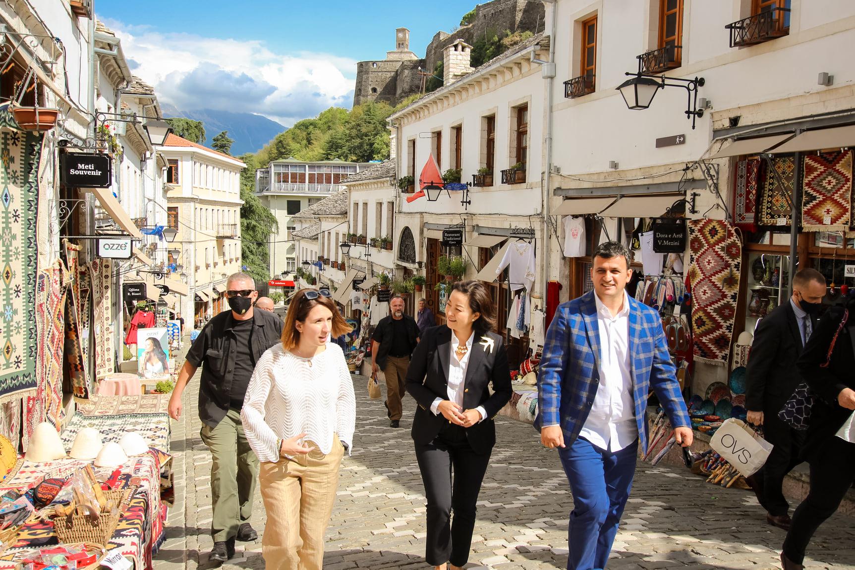 Ambasadorja Yuri Kim vizitoi sot qytetin e Gjirokastres