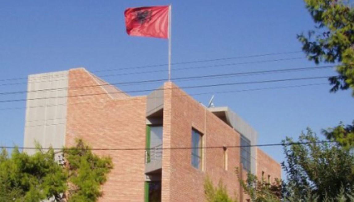 Njihuni me nje njoftim te rendesishem te Ambasades Shqiptare ne Greqi