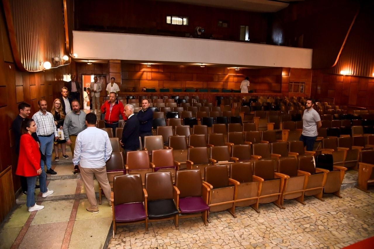Ja dhurata qe Ambasadori Italian Fabrizio Bucci i kerkoi Kryetarit te Bashkise Flamur Golemi gjate vizites ne teatrin e qytetitt