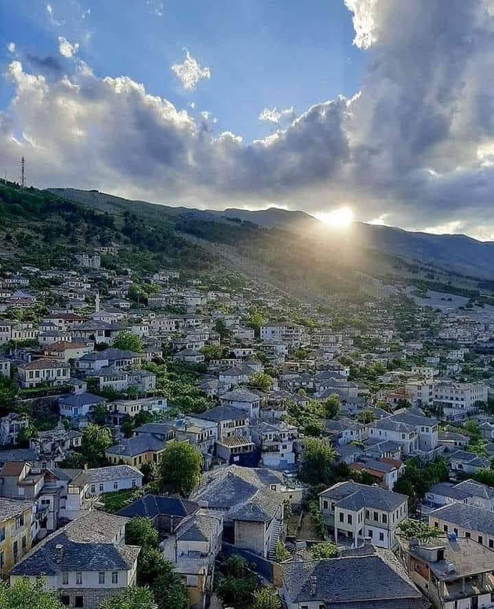 Thuaj nje fjale apo nje shprehje per Gjirokastren dhe gjirokastritet!