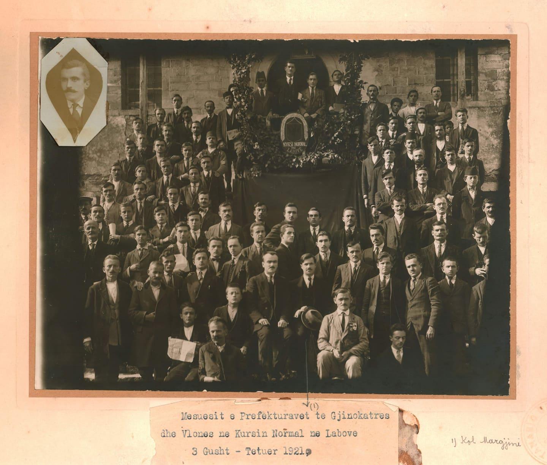 Foto e vitit 1921, botohet per here te pare, mesuesit e pare nga Gjirokastra, Tepelena e Vlora ne kursin e Laboves se Madhe