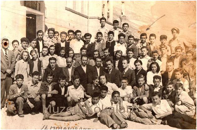 KUJTESE/ Foto e ralle e vitit 1949, mesues dhe seminarist te gjimnazit te Gjirokastres