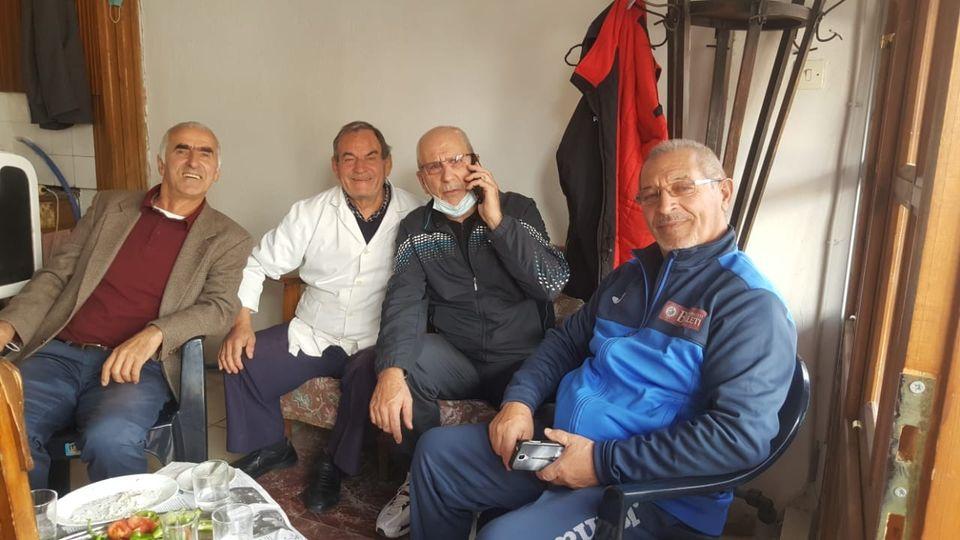Vasil Muka, raki dhe meze me Foto Matin, Jani Litin dhe Bashkim Shametin ne Qafe te Pazarit